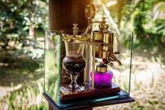 Делающ легендарный кофе, Kopi Luwak, в годе сбора винограда переливает через сифон bali Индонесия стоковые изображения