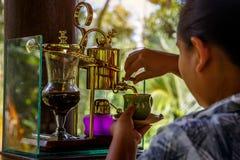Делающ легендарный кофе, Kopi Luwak, в годе сбора винограда переливает через сифон bali Индонесия стоковая фотография rf