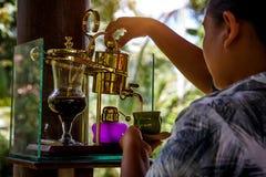 Делающ легендарный кофе, Kopi Luwak, в годе сбора винограда переливает через сифон bali Индонесия стоковое изображение rf