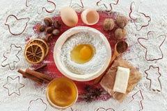 Делающ печенья рождества - ингредиенты на красной таблице стоковые фото