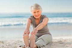 делающ пожилых людей ее женщина streches стоковые фотографии rf