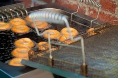 Делающ свежие donuts снаружи стоковые фото