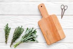 Делающ специи с свежими травами и растительностью для варить белый деревянный модель-макет взгляд сверху предпосылки кухонного ст стоковое изображение