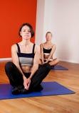 делающ тренировку женщины собирают йогу Стоковое фото RF
