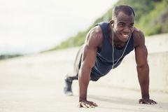 делающ человека нажмите поднимает Модель фитнеса делая внешнюю разминку стоковое изображение