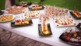 Деликатесы, закуски, десерты на банкете Шведский стол, ресторанное обслуживание Приобъектное restaurant-3 сток-видео