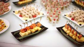 Деликатесы, закуски, десерты на банкете Шведский стол, ресторанное обслуживание Приобъектный ресторан сток-видео