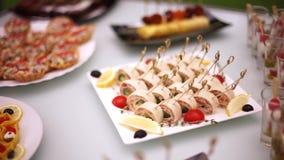 Деликатесы, закуски, десерты на банкете Шведский стол, ресторанное обслуживание Приобъектное restaurant-4 сток-видео