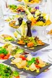 Деликатесы, закуски и плод на праздничной таблице в ресторане Торжество catering салаты сока виноградин плодоовощ фокуса корзины  стоковые фото