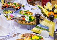 Деликатесы, закуски и плод на праздничной таблице в ресторане Торжество catering салаты сока виноградин плодоовощ фокуса корзины  стоковые фотографии rf