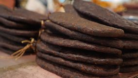 Деликатес и сыр мяса на счетчике в базаре 4K сток-видео