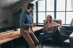 делить идей 2 молодых современных люд в умной вскользь носке говорят Стоковые Фото