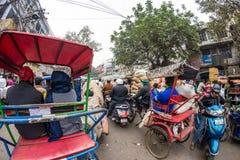 Дели, Индия - 11-ое декабря 2017: толпа и движение на улице на Chandni Chowk, старом Дели, известном назначении перемещения в Инд Стоковые Изображения RF