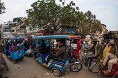 Дели, Индия - 11-ое декабря 2017: толпа и движение на улице на Chandni Chowk, старом Дели, известном назначении перемещения в Инд Стоковые Фотографии RF