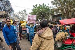 Дели, Индия - 11-ое декабря 2017: толпа и движение на улице на Chandni Chowk, старом Дели, известном назначении перемещения в Инд Стоковая Фотография RF