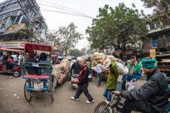 Дели, Индия - 11-ое декабря 2017: толпа и движение на улице на Chandni Chowk, старом Дели, известном назначении перемещения в Инд Стоковое Изображение RF