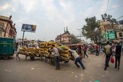 Дели, Индия - 11-ое декабря 2017: толпа и движение на улице на Chandni Chowk, старом Дели, известном назначении перемещения в Инд Стоковая Фотография