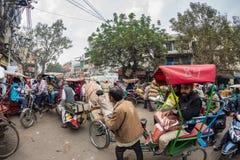 Дели, Индия - 11-ое декабря 2017: толпа и движение на улице на Chandni Chowk, старом Дели, известном назначении перемещения в Инд Стоковые Изображения