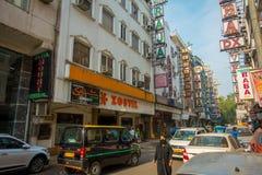 ДЕЛИ, ИНДИЯ - 19-ОЕ СЕНТЯБРЯ 2017: Занятый индийский уличный рынок в Нью-Дели, Индии Население ` s Дели перегнало 18 Стоковое Изображение RF
