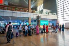 ДЕЛИ, ИНДИЯ - 19-ОЕ СЕНТЯБРЯ 2017: Неопознанные люди ждать их багаж в большом оркестре в Стоковое Фото