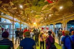 ДЕЛИ, ИНДИЯ - 19-ОЕ СЕНТЯБРЯ 2017: Толпа людей идя в площадь в виске известного сикхского gurdwara золотом Стоковое Изображение RF