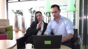 Деловая встреча в кафе для того чтобы обсудить планы на будущее сток-видео