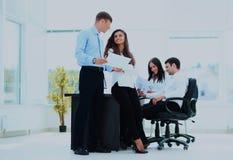 Деловая встреча в офисе, 2 менеджера обсуждает Стоковое Изображение