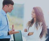 Деловая встреча в офисе, 2 менеджера обсуждает docu Стоковые Фото