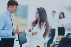 Деловая встреча в офисе, 2 менеджера обсуждает docu Стоковая Фотография