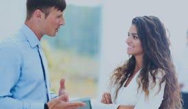 Деловая встреча в офисе, 2 менеджера обсуждает docu Стоковые Изображения