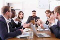 Деловая встреча молодой успешной команды с мужским боссом в офисе Стоковое Изображение