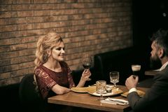 Деловая встреча человека и женщины Предложение и годовщина День Святого Валентина с женщиной и бородатым человеком Пары внутри стоковая фотография rf