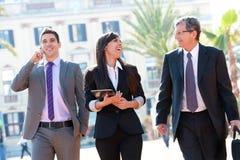 деловая встреча outdoors объениняется в команду стоковая фотография