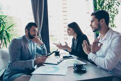 3 делового партнера в умной носке обсуждают финансы Стоковое Изображение RF
