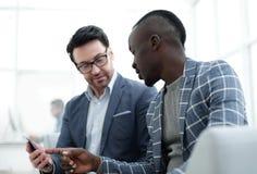 2 делового партнера обсуждают данные по работы Стоковая Фотография RF