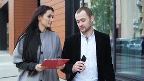 2 делового партнера обсуждают стратегию для успеха сток-видео