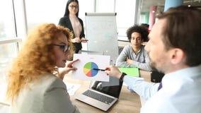 2 делового партнера обсуждая диаграмму видеоматериал