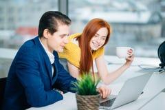 2 делового партнера работая с компьтер-книжкой совместно Стоковые Фотографии RF