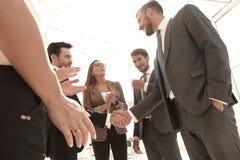 2 делового партнера тряся руки как согласование после встречать Стоковое Изображение RF