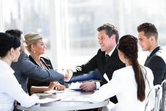 2 делового партнера тряся руки на встрече Стоковые Изображения