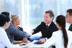 2 делового партнера тряся руки на встрече Стоковое фото RF