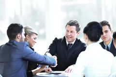 2 делового партнера тряся руки на встрече Стоковое Изображение