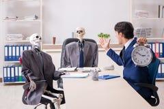 Деловое совещание не совсем чистого дела с боссом и скелетами стоковая фотография