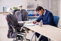 Деловое совещание не совсем чистого дела с боссом и скелетами стоковое фото rf