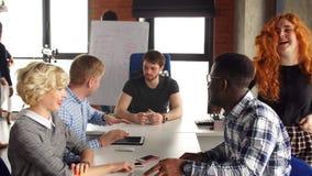 Деловое сотрудничество среди африканских и кавказских работников офиса сток-видео