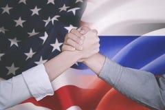 Деловой партнер с Америкой и нидерландским флагом Стоковые Изображения RF