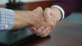 Деловой партнер 2 трясет руки встречая сток-видео