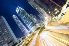 Деловой район Гонконга вечером со светлыми следами стоковое фото rf