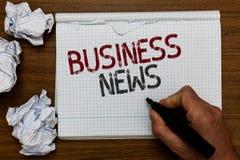 Деловые новости текста почерка Концепция знача человека проницательности коммерчески обновления рынка отчете о торговлей извещени стоковые изображения rf