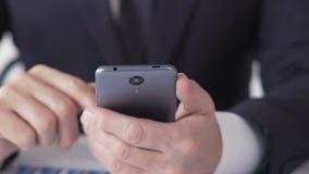 Деловые новости чтения аналитика вклада на smartphone, анализируя информацию видеоматериал